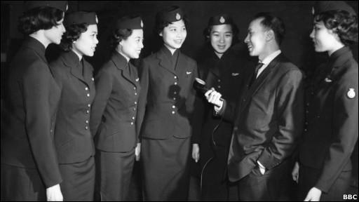 1959年BBC中文部记者采访来英受训的香港空姐(BBC)资料照片