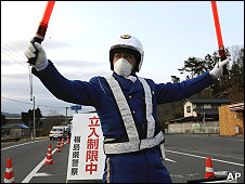 一名日本警员在福岛县岩城市的30公里自愿撤离区边界执勤(25/3/2011)