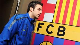 فابريغاس وشعار برشلونة في الخلفية