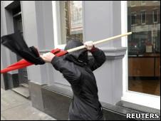 Manifestante tenta quebrar vitrine durante protesto em Londres
