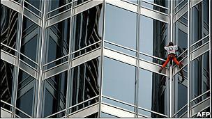 """El """"hombre araña"""" escala el edificio más alto de"""
