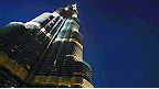 الرجل العنكبوت يتسلق برج خليفة في دبي