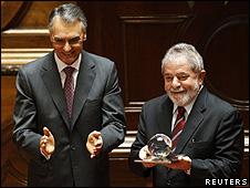 Lula recebe o prêmio Norte-Sul do presidente português, Cavaco Silva, em Lisboa (Reuters)