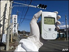 綠色和平發放2011年3月27日其工作人員在日本福島縣飯館村檢測輻射水平圖片
