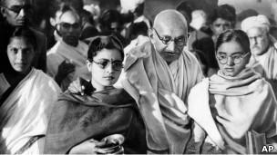 Mahatma Gandhi bersama pengikutnya, Januari 1948