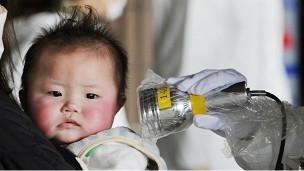 Miden la radiación de un bebé en Fukushima.