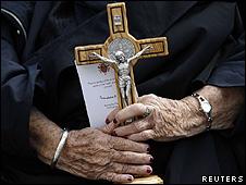 Fiel aguarda papa Bento 16 no Vaticano (arquivo/Reuters)