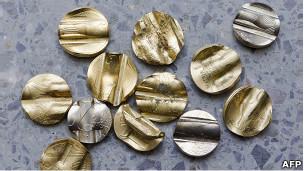 Поврежденные монеты в один и два евро