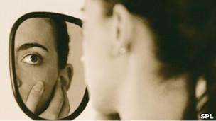 Mujer mirandose en el espejo (SPL)