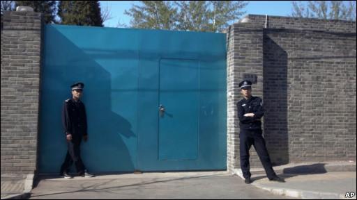 警察在艾未未的北京工作室门外