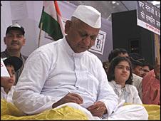 http://wscdn.bbc.co.uk/worldservice/assets/images/2011/04/05/110405104014_anna_hazare226.jpg