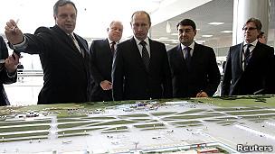 Владимир Путин на совещании в аэропорту