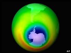 Imagem de arquivo representando o buraco na camada de ozônio (azul) sobre a Antártida em 1999