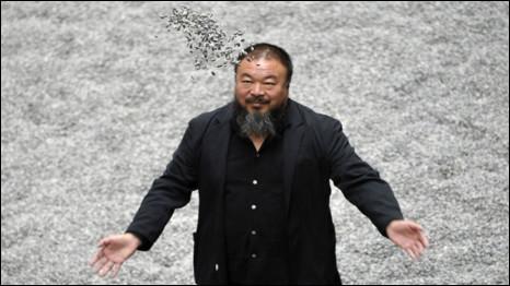 Ông Ngải Vị Vị tung hạt hướng dương tại triển lãm 'Hạt Hướng dương' tại triển lãm nghệ thuật Tate Modern ở London