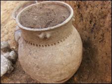 Objeto escavado junto com esqueleto nos arredores de Praga (Sociedade Arqueológica Tcheca)