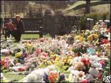 Flores depositadas em memorial pelas vítimas do massacre de Dunblane