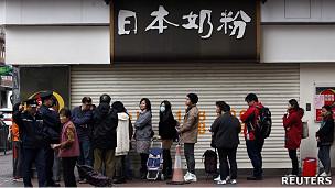 香港某奶粉店外排队长龙