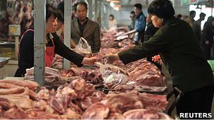 北京某菜市场的猪肉摊(15/4/2011)