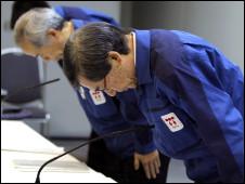 東京電力公司高級管理人員鞠躬道歉