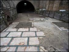 Caminho com pisos e afrescos do período romano, que integra mostra decida ao imperador Nero (fotos da Mostra Nerone cedidas à BBC)