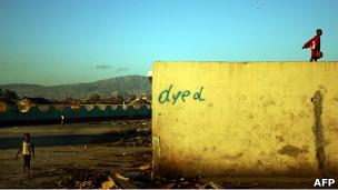 Niños haitianos juegan en un barrio marginal