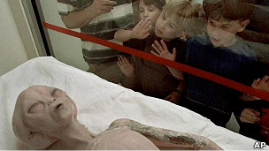 Niños observan una figura de extraterrestre mostrada en Roswell