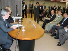 O ministro Antonio Patriota, durante o encontro com a comunidade brasileira (Foto: Ewerton Tobace/ BBC Brasil)