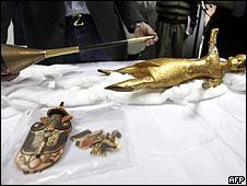 Objetos de museu egípcio recuperados e exibidos no Cairo (AFP)