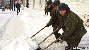 Российские военнослужащие на уборке улиц