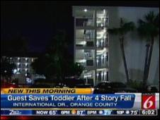 O hotel Econo Lodge, de onde a bebê caiu (Foto: WKMG, afiliada local da rede CNN)