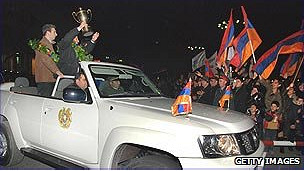 Celebración de víctoria de ajedrez en Armenia.