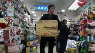 很多家长跑到香港去购买奶粉