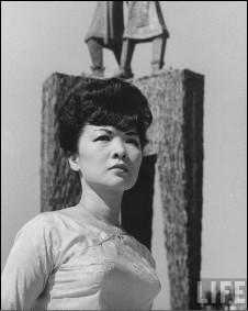 Bà Trần Lệ Xuân trước tượng Hai Bà Trưng - hình trên tạp chí LIFE