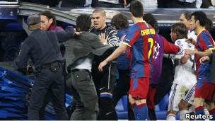 Enfrentamiento entre jugadores en un Madrid-Barcelona