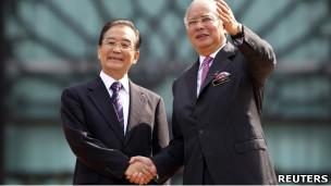 马来西亚总理纳吉布(右)在布城迎接中国总理温家宝(28/4/2011)