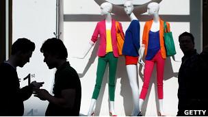 Gente frente a una tienda de ropa en Londres
