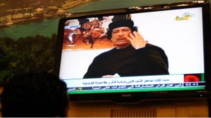 Mlibya anatazama hotuba ya Kanali Gaddafi