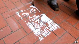 """香港上环街头出现的""""谁怕艾未未""""涂鸦(13/4/2011)"""