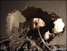 Destruição causada por ataque aéreo em vila residencial de Khadafi.
