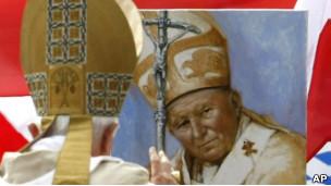 El Papa Benedicto XVI pasa cerca de una imagen de Juan Pablo II