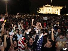 Multidões celebraram em frente à Casa Branca (AP)