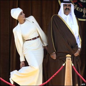 El emir de Qatar, jeque Hamed bin Jalifa al Thani, y su segunda esposa, la jequesa Mozah Bint Nasser