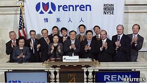 人人网首席执行官陈一舟(前排中间)与宾客们出席纽约证交所的上市仪式(4/5/2011)