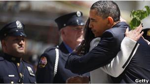 奥巴马在9·11纪念碑前献上花圈,并与在场的9·11遇难者家属交谈和拥抱(05/05/2011)。
