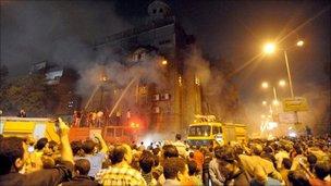 消防员在燃烧的教堂灭火(7/5/2011)