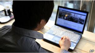 一名中国男子在韩国首尔上网(03/04/2011)