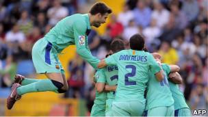 فرحة لاعبي برشلونة بهدف كيتا