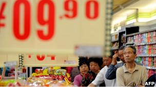 安徽合肥一家超市内的顾客排队购买减价鸡蛋(10/05/2011)