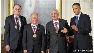 Ted Hoff recibiendo la medalla en 2010