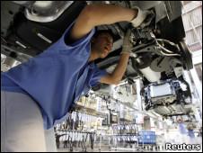 Operário em linha de montagem da Volkswagen em São Bernardo do Campo